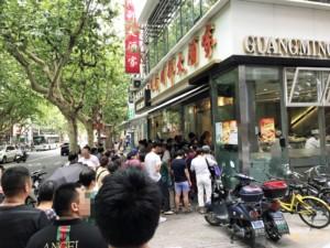 Warteschlange für typisches Street Food in Shanghai