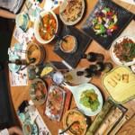 Chinesisch Essen in klassischem China-Restaurant mit runden Tischen