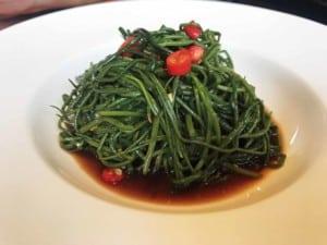 Vegetarisch Essen, scharf und saueres grünes Gemüse