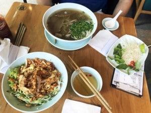 Vietnamesisches Essen in Shanghai. Pho Bo und Bun Cha auf einem Tisch