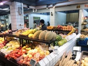 Markt in Shanghai. Obst und Gemüse in einer Halle