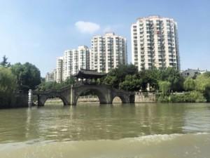 Tipps & Empfehlungen: Ausblick bei der Fahrt mit dem Wassertaxi auf dem Kaiserkanal oder Grand Canal in Hangzhou