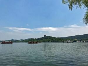 Zahlreiche Boote verbinden die einzelnen Sehenswürdigkeiten am West Lake, Westsee