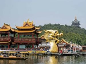Chinesisches Drachenboot am Westsee in Hangzhou