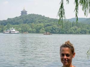 Karin am Westsee, West Lake in Hangzhou mit dem Lingyin Tempel im Hintergrund