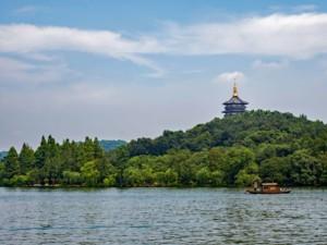 Sehenswürdigkeiten & interessante Orte: Ausblick beim Spaziergang um den Westsee in Hangzhou, im Hintergrund der Lingyin Tempel