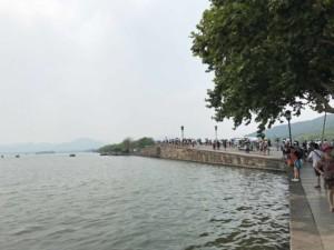 Ein Spaziergang um den Westsee in Hangzhou ist sehr beliebt. Als Tipp: Richtung Süden wird es leerer