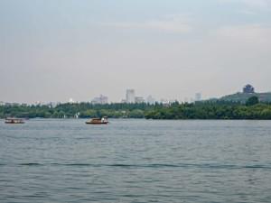 Sehenswürdigkeiten & interessante Orte: Die Stadt Hangzhou im Hintergrund des Westsee