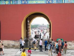 Spaziergang durch den Himmelstempel im Tiantan Park in Peking
