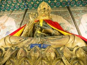 """Unsere Lieblingsstatue mit dem typischen Handzeichen für """"alles ok"""" im Lama Tempel bzw. Yonghegong"""