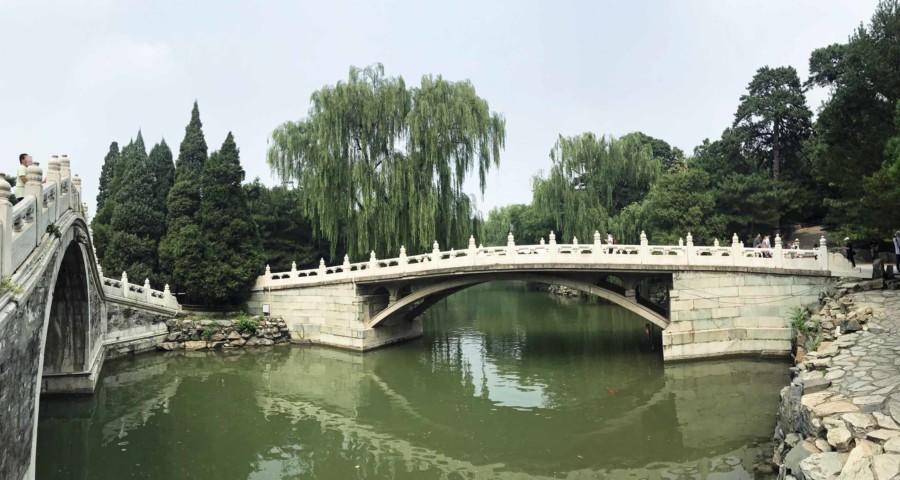 Beim Spaziergang um den Kunming-See im Neuen Sommerpalast wirst Du viele Brücken überqueren