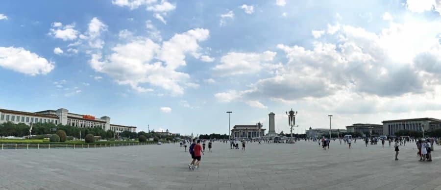 Panorama: Tiananmen Platz mit Nationalmuseum (links), Denkmal des Helden des Volkes und Mao Mausoleum (Mitte) & Große Halle des Volkes (rechts)