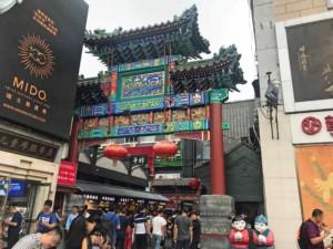 Eingang zur Wangfujing Snack Street, dem Streetfood Markt in Peking
