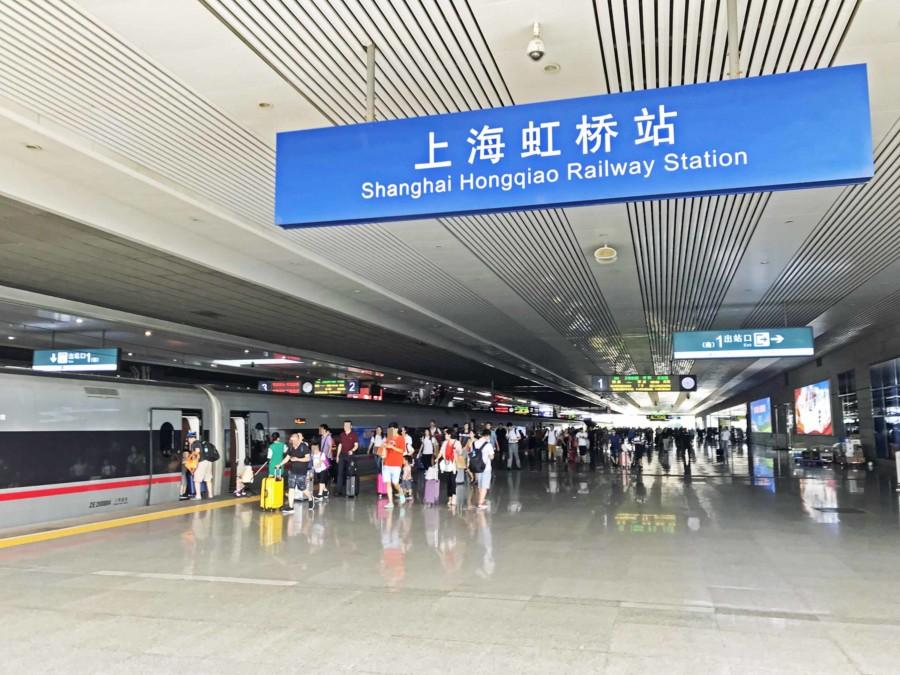 Fortbewegung in die Stadt Peking: An der Shanghai Hongqiao Railway Station fahren die Züge nach Peking ab