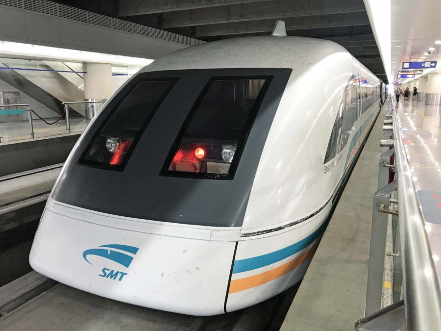 Fortbewegung vom Flughafen: Transrapid Shanghai Maglev Train (SMT) Pudong International Airport