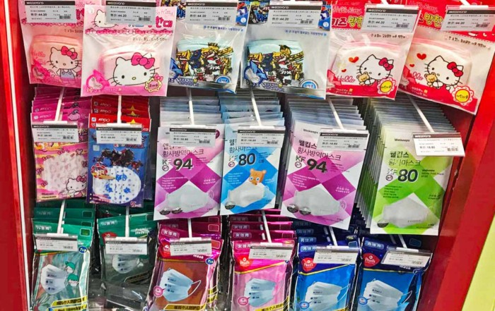 Bei sehr starker Luftverschmutzung ist eine Atemschutz-Maske empfohlen. Diese gibst es in in Supermärkten und kleinen Läden in China fast überall zu kaufen
