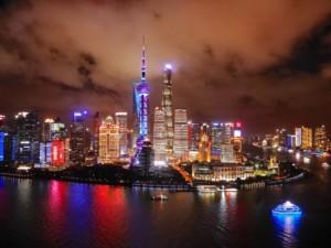 Ein Muss Deines Shanghai-Besuchs: die Aussicht von einer der Rooftop-Bars auf die Lichter und Wolkenkratzer