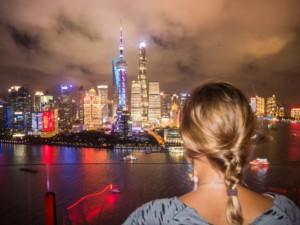 Shanghai Aussichtsplattformen Aussicht: Aussicht zum Sonnenuntergang vom 33. Stock der Vue Bar auf den Bund mit Oriental Pearl Tower