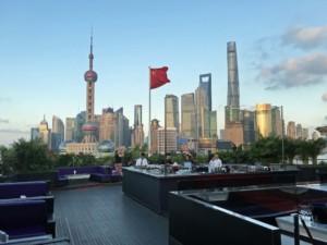 Shanghai Aussicht: Terrasse im 4. Stock der Bar Rouge mit Blick auf Pudong
