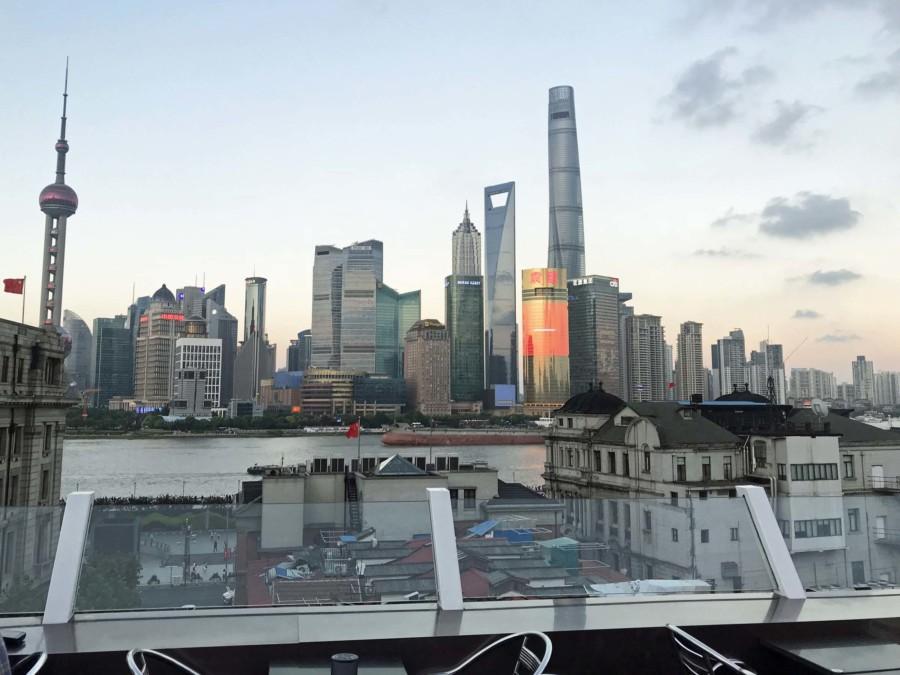 Aussicht von der Terrasse im 6. Stock des Captain Hostel Shanghai auf den Oriental Pearl Tower (links), Jin Mao Tower, SWFC (Flaschenöffner, 2. von rechts) & Shanghai-Tower (rechts)