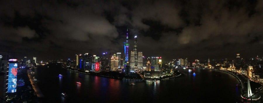 Beste Aussicht in Shanghai auf der Aussichtsplattform des Hyatt on the Bund: Panorama vom 33. Stock der Vue Bar auf Pudong und den Bund