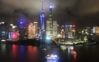 Beste Aussicht in Shanghai auf der Aussichtsplattform des Hyatt on the Bund: Blick vom 33. Stock der Vue Bar auf Pudong