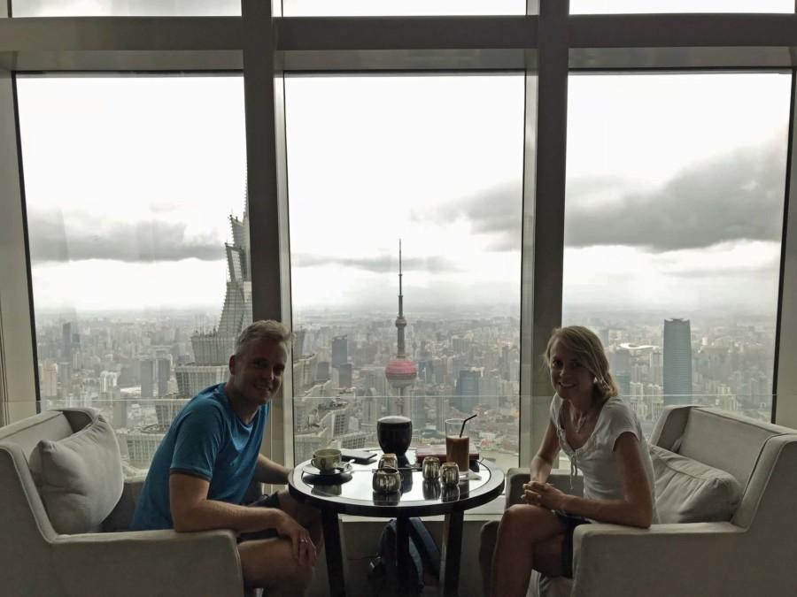 Eine der top Aussichtsplattformen in Shanghai: im 85. Stock des Park Hyatt Hotels in Pudong entspannt die beste Aussicht genießen
