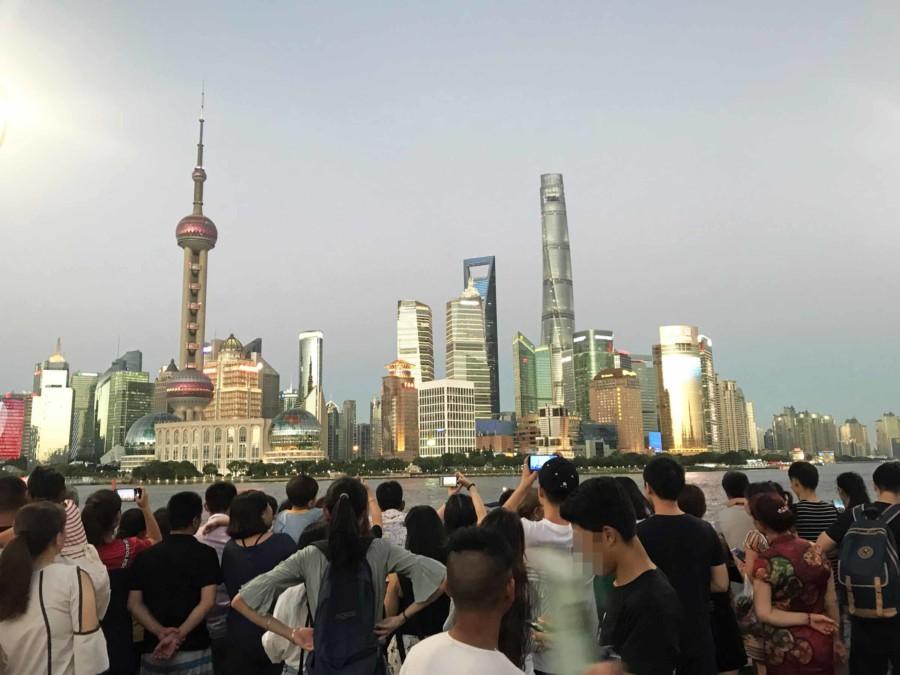 Typisches Bild bei Sonnenuntergang: der Blick auf Pudong von der Promenade am Bund ist sehr beliebt