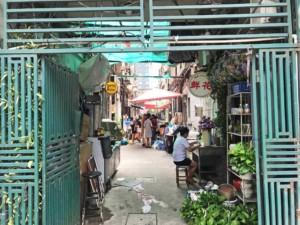 Typische Gasse mit einem kleinen Markt in Shanghai