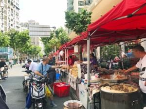Kleiner Street Food Markt in der Nähe des Jade Buddha Tempels