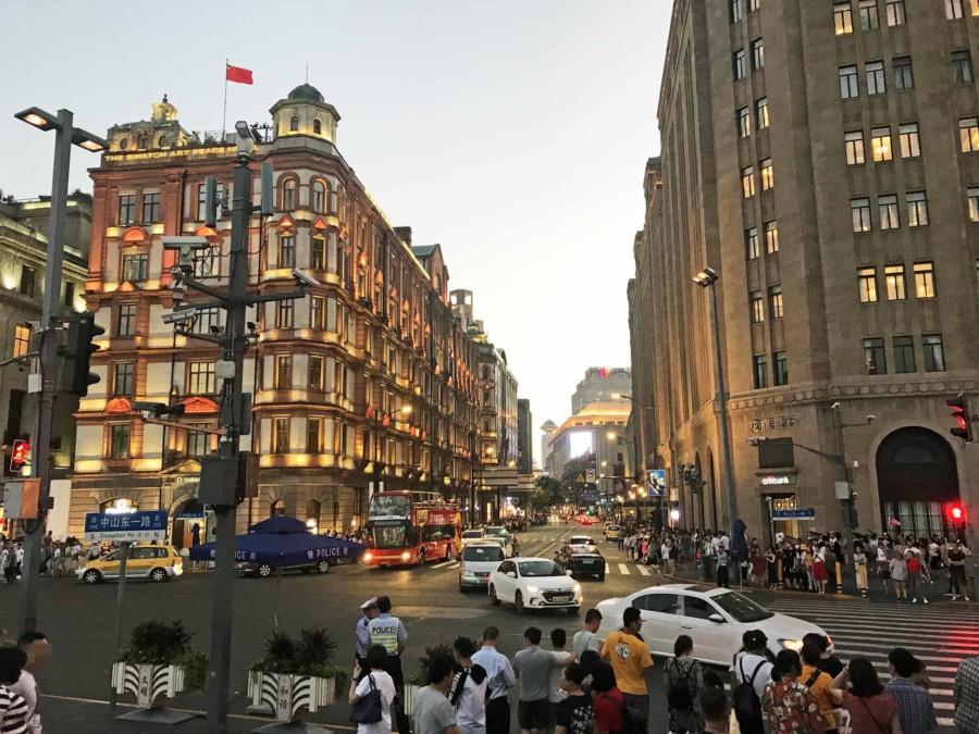 Stadtteil Huangpu: Blick vom Bund auf die Nanjing Road. Zum Sonnenuntergang wird es hier knallvoll