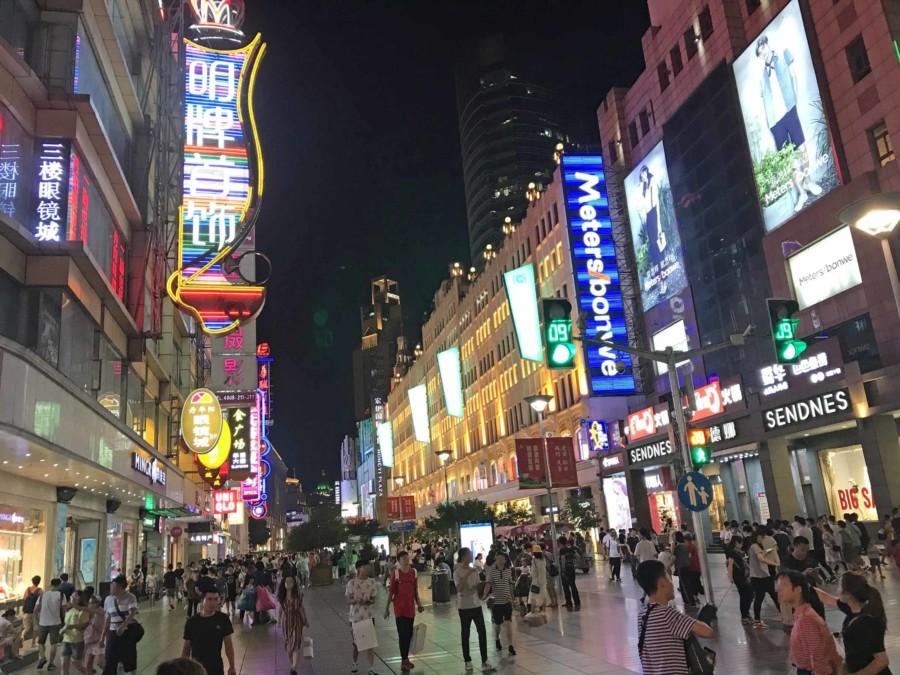 Die berühmte Nanjing Road bei Nacht, einkaufen und shoppen