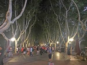 Morgens und Abends wird in den Parks in Shanghai getanzt