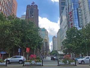 Blick vom People's Square bis auf den Oriental Pearl Tower
