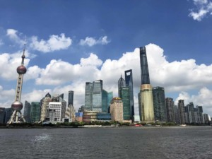 Pudong in Shanghai mit Oriental Pearl Tower (links), Jin Mao Tower, Shanghai World Financial Center und Shanghai Tower