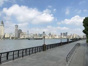 Blick von der Promenade in Pudong auf die Kolonialbauten am gegenüberliegenden Bund