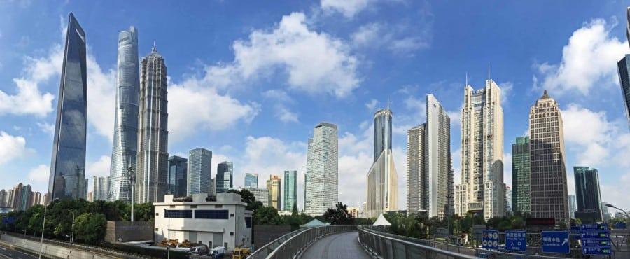 Panorama auf dem Fußweg mitten durch Pudong. Jin Mao Tower, Shanghai Tower und World Financial Tower in Shanghai