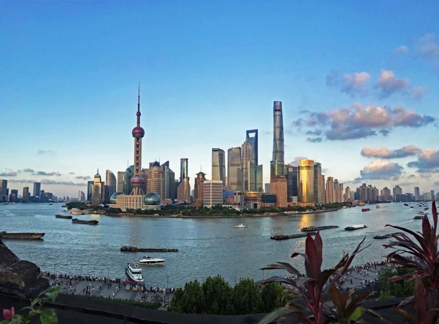 Die Skyline in Shanghai zum Sonnenuntergang: Blick von der Bar Rouge am Bund auf Pudong