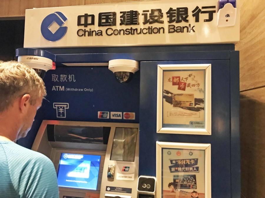 Tipps China: Geldautomaten sind zahlreich, akzeptieren meist westliche Kreditkarten und lassen sich auf Englisch bedienen