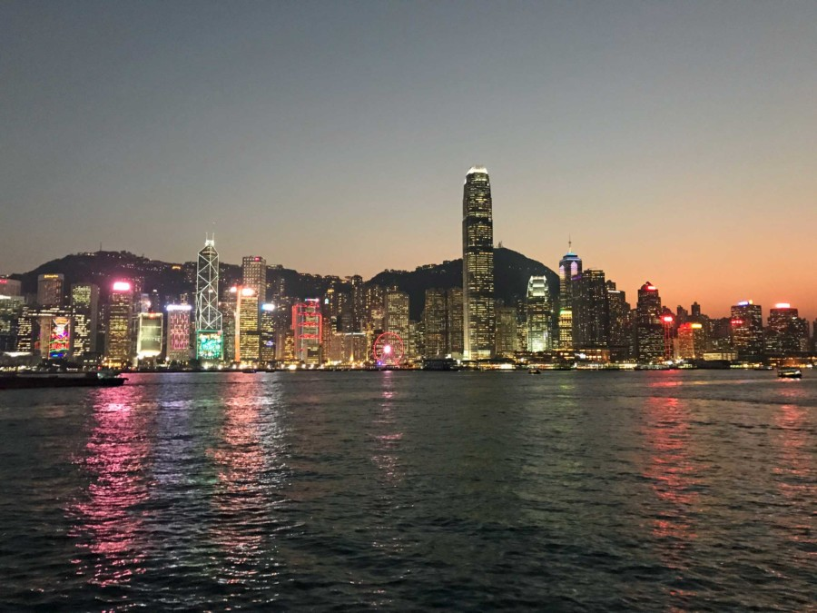 China Top-Reiseziele: Die Skyline von Hong Kong bei Nacht ist atemberaubend.