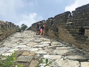 Chinesische Mauer Jiankou Mutianyu Tour: Teilweise ist der Weg sehr steil und wir müssen uns einhalten um weiter zu kommen