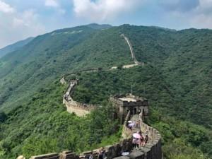 Der touristisch vollrestaurierte und etwas touristische Abschnitt der Großen Mauer bei Peking: Mutianyu