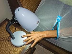 Bild mit Hand die durch den Reisverschluss des Netzes das Licht ausschaltet