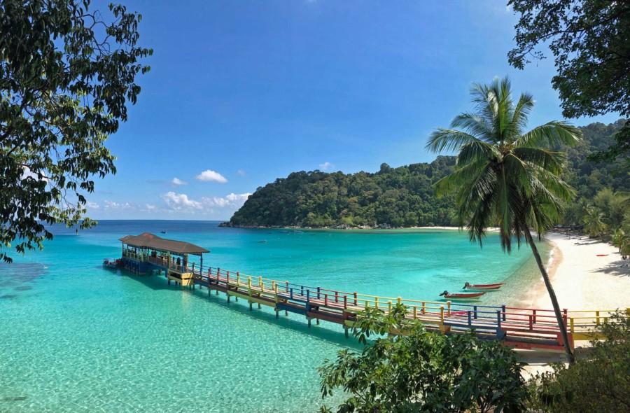 Blick auf das Pier von Perhentian Besar und den Strand des Perhentian Island Resorts