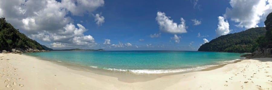 Malaysia Perhentian Island Besar: Panorama auf die Bucht Turtle Beach Panorama mit türkisfarbenem Wasser und weißem Sand umgeben von Palmen