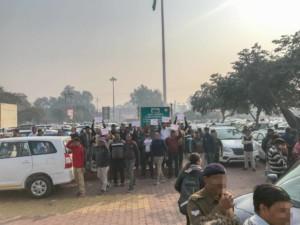 Belagerung von Taxi-& Rikscha-Fahrern am Bahnhof in Agra