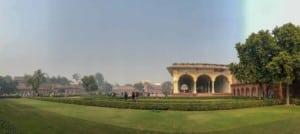 Weltkulturerbe Rotes Fort in Agra, eine weitläufige Palastanlage der Mogul-Dynastie. Blick auf den Garten mit zahlreichen Gebäuden
