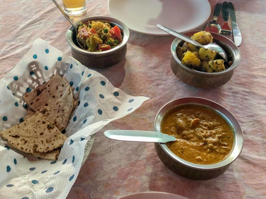 Biryani, Aloo, Paneer Curry und Naan Brot