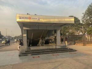 Anreise und öffentliche Verkehrsmittel: Metro Station in Delhi