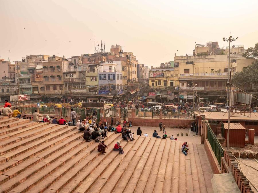 Stadtteil Old Dehi: Treppe mit Indern und Blick auf einen Bazar in der Altstadt